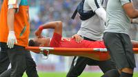 Gelandang Timnas Indonesia U-22, Kadek Agung, ditandu setelah mengalami luka gores di lutut kanannya pada uji coba kontra Arema di Stadion Kanjuruhan, Malang, Minggu (10/2/2019). (Bola.com/Iwan Setiawan)