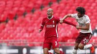 Pemain Liverpool, Fabinho (kiri), berebut bola dengan pemain Arsenal, Mohamed Elneny, pada laga Community Shield di Stadion Wembley, Sabtu (29/8/2020). (Andrew Couldridge/Pool via AP)