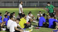 Pelatih Timnas Indonesia, Shin Tae-yong, memberikan arahan kepada anak asunya saat latihan di Stadion Madya, Jakarta, Selasa (11/5/2021). Latihan tersebut untuk persiapan jelang Kualifikasi Piala Dunia 2022 Zona Asia. (Foto: Bola.com/M Iqbal Ichsan)