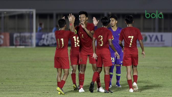 Timnas Indonesia U-16 berselebrasi saat melawan Brunei Darussalam di Stadion Madya, Jakarta, dalam penyisihan Grup G kualifikasi Piala AFC U-16 2020, Jumat (20/9/2019). (Bola.com/Yoppy Renato)