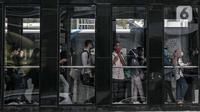 Penumpang antre untuk menaiki bus Transjakarta di halte Sudirman, Rabu (16/12/2020). Sebelumnya, Wakil Ketua Komite Penanganan Covid-19 Luhut Pandjaitan meminta Anies Baswedan untuk mengetatkan kebijakan WFH setelah DKI Jakarta terus mencatat kenaikan kasus Covid-19. (Liputan6.com/Faizal Fanani)