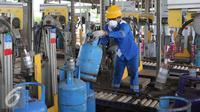 Pekerja tengah merapihkan dan mengisi tabung gas LPG 12 kg di Terminal pengisian Gas Pertamina, Jakarta. (Liputan6.com/Angga Yuniar)