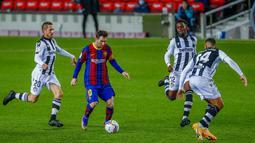 Pemain Barcelona Lionel Messi (kedua kiri) mengontrol bola yang dikelilingi para pemain Levante pada pertandingan La Liga Spanyol di Stadion Camp Nou, Barcelona, Spanyol, Minggu (13/12/2020). Barcelona menang 1-0. (AP Photo/Joan Monfort)