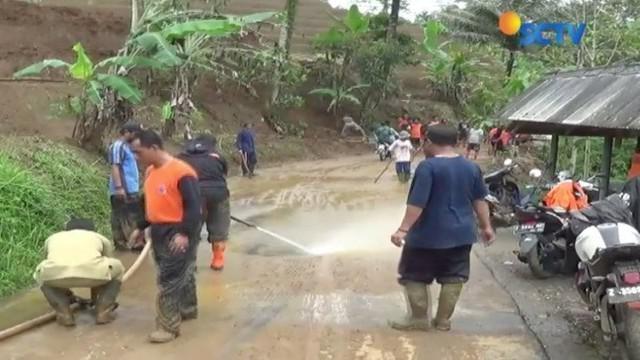 Diguyur hujan deras, tebing di Tasikmalaya longsor, akibatnya ktivitas ekonomi warga lumpuh.