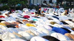 Ribuan umat muslim menunaikan ibadah salat Idul Fitri 1 Syawal 1436 H di Masjid Agung Al Azhar Jakarta, Jumat (17/7/2015). Salah satu warga terlihat khusyuk saat melaksanakan salat Id di halaman Masjid Agung Al Azhar. (Liputan6.com/Yoppy Renato)