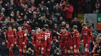 Skuat muda Liverpool merayakan gol tunggal kemenangan atas Shrewsbury Town di laga ulangan babak keempat Piala FA yang digelar di Anfield, Rabu (5/2/2020) dini hari WIB. Liverpool menang 1-0 dalam laga ini dan melangkah ke perempat final. (Paul Ellis/AFP)