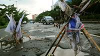Meski sudah bisa dilewati, banyak jalan rusak dan berlubang di kawasan Kelapa Gading. Sebelumnya, kawasan ini terendam banjir setinggi 80 cm hingga memutuskan arus lalu lintas, Jakarta, Jumat (13/2/2015). (Liputan6.com/Faisal R Syam)