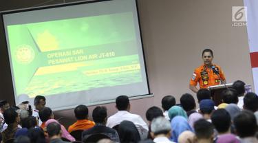 Ketua Basarnas Marsekal Madya M. Syaugi memaparkan evaluasi saat konfrensi pers proses evakuasi Lion Air JT 610 di Krisis Center, Jakarta, Senin (5/11). Evaluasi dilakukan langsung di hadapan keluarga korban. (Liputan6.com/Immanuel Antonius)