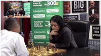 Pertandingan catur online antara Dadang Subur alias Dewa Kipas dengan Grand Master Wanita Irene Sukandar di kanal YouTube Deddy Corbuzier (Foto: Screenshot kanal YouTube Deddy Corbuzier)
