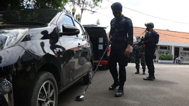 Petugas keamanan melakukan pengamanan dan sterilisasi saat perayaan Paskah di Gereja Immanuel, Jakarta, Jumat (2/4/2021). Pengamanan diperketat untuk mengatisipasi aksi teror menyusul adanya serangkaian teror dalam sepekan terakhir. (Liputan6.com/Herman Zakharia)