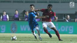 Gelandang Indonesia U-23, Zulfiandi (kanan) berebut bola dengan pemain Uzbekistan, Kenjabaev Islom pada laga PSSI Anniversary 2018 di Stadion Pakansari, Kab Bogor, Kamis (3/5). Laga berakhir imbang 0-0. (Liputan6.com/Helmi Fithriansyah)