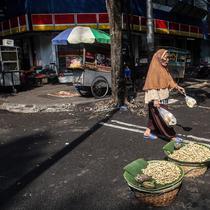 Warga beraktivitas di tengah Pemberlakuan pembatasan kegiatan masyarakat (PPKM) Level 4 di Jakarta, Minggu (1/8/2021). Menurut Gubernur DKI Jakarta Anies Baswedan menyebut kasus aktif Covid-19 turun di Jakarta. (Liputan6.com/Johan Tallo)