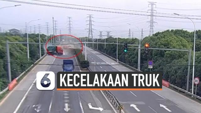 vertical  kecelakaan truk