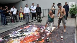 """Sadikin Pard (53) membuat karya lukisan dengan kedua kakinya saat Indonesian Art Festival """"Pesta Seni Rupa Indonesia"""" di Museum Nasional, Jakarta, Minggu (10/11/2019). Sadikin  telah melukis sejak masih taman kanak-kanak. (merdeka.com/Iqbal S. Nugroho)"""