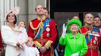 Hadiri ulang tahun Ratu Elizabeth II ke-90, Puteri Charlotte memakai dress yang matching dengan Kate Middleton. (Getty Images/Cosmopolitan)