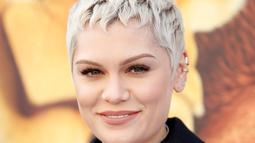 Penyanyi Jessie J tersenyum saat menghadiri pemutaran perdana film Ice Age: Collision Course di Fox Studios Lot, Los Angeles, AS, (16/7).  Jessie J mengisi suara untuk karakter binatang bernama Brooke. (REUTERS / Danny Moloshok)