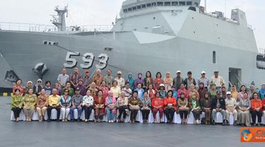 Citizen6, Tanjung Priok: Ratusan warakawuri dan purnawirawan TNI AL mengadakan silaturahmi dan ramah tamah dalam rangka bernostalgia dengan mengunjungi KRI Banda Aceh-593 di dermaga Kolinlamil Tanjung Priok, Jakarta, Senin (11/6). (Pengirim: Dispenkolinla