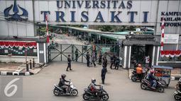 Suasana di sekitar gerbang pintu masuk Universitas Trisakti, Grogol, Jakarta.com/Faizal Fanani)