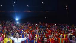 Penari dengan baju kebaya menari ondel-ondel di Auditorium CGV Cinemas, Grand Indonesia, Jakarta, Sabtu (21/4). Acara ini menyuguhkan ragam seni budaya tradisional dari berbagai daerah. (Merdeka.com/Imam Buhori)
