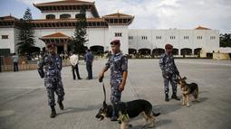 Polisi Nepal berjaga di depan gedung parlemen jelang Presiden Ram Baran Yadav resmi mengesahkan konstitusi baru di Kathmandu, Nepal, Minggu (20/9/2015). Meski diwarnai aksi protes, konstitusi baru Nepal akan segera disahkan. (REUTERS/Navesh Chitrakar)