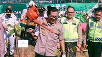 Kepala Korps Lalu Lintas Polri, Irjen Istiono dan Jajarannya Menggelar Aksi Penanaman 3000 Pohon di Ciawi, Bogor, Jawa Barat pada Jumat (17/1/2020). (Foto: Istimewa)