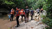 Penyelam ikut serta dalam operasi pencarian gadis disabilitas asal Irlandia Nora Anne Quoirin yang hilang dari sebuah resor hutan hujan di Seremban, Malaysia, Rabu (7/8/2019). Gadis remaja berusia 15 tahun itu dilaporkan hilang sejak 4 Agustus 2019. (Mohd Rasfan/AFP)
