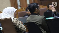 Gubernur Jatim, Khofifah Indar Parawansa (kiri) saat menjadi saksi pada sidang lanjutan dugaan suap jual-beli jabatan di lingkungan Kemenag dengan terdakwa M Romahurmuziy di Pengadilan Tipikor Jakarta, Rabu (11/12/2019). Sidang beragenda keterangan saksi. (Liputan6.com/Helmi Fithriansyah)