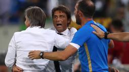 Pelatih Inter Milan, Antonio Conte, merayakan kemenangan timnya saat menghadapi Bayer Leverkusen pada perempat final Liga Europa di Duesseldorf Arena, Jerman, Selasa (11/8/2020) dini hari WIB. Inter Milan menang 2-1 atas Bayer Leverkusen dalam pertandingan tersebut. (AFP/Dean Mouhtaropoulos/pool)