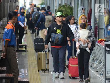 Suasana di Stasiun Pasar Senen, Jakarta, Rabu (29/5/2019). H-7 Lebaran, Stasiun Pasar Senen mulai dipadati penumpang yang ingin mudik ke kampung halaman masing-masing. (merdeka.com/Imam Buhori)