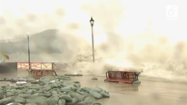 Topan Mangkhut menghantam pantai yang padat penduduk di Guangdong, Hong Kong.