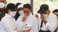 Pemakaman Ibunda Amanda Manopo (Muhammad Akrom Sukarya/Kapanlagi.com)
