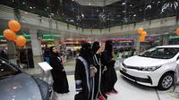 Para wanita Saudi beramai-ramai menyerbu Le Mall, Jeddah, Arab Saudi untuk menyaksikan langsung pameran mobil khusus wanita. Ini merupakan kali pertamanya pameran khusus wanita digelar di kerajaan konservatif tersebut. (AFP)