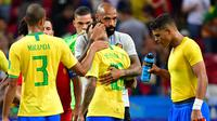 Asisten pelatih Belgia Thierry Henry (kedua kanan) memeluk striker Brasil, Neymar pada akhir laga perempat final Piala Dunia 2018 di Stadion Kazan Arena, Jumat (6/7). Timnas Brasil takluk 1-2 di tangan timnas Belgia. (Luis Acosta/AFP)