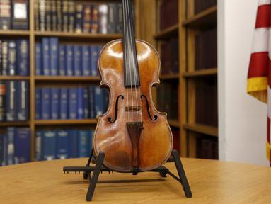 Biola Stradivarius diperlihatkan saat konferensi pers di New York, Kamis (6/8/2015). Biola yang dibeli dengan harga Rp2,7 miliar itu kembali ke pemiliknya setelah hilang dicuri selama 35 tahun. (REUTERS/Shannon Stapleton)