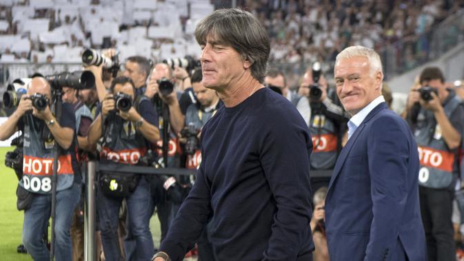 Pelatih timnas Jerman Joachim Loew (kiri) dan Didier Deschamps, pelatih timnas Prancis (Federico Gambarini / dpa via AP)
