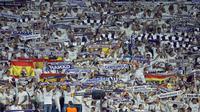Suporter Real Madrid saat mendukung timnya melawan  APOEL Nicosia pada laga grup H Liga Champions di Santiago Bernabeu stadium, Madrid, (13/9/2017). Real Madrid Menang 3-0. (AP/Paul White)