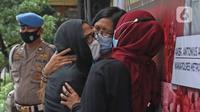 Mantan artis cilik, Ratna Fairuz Albar atau Iyut Bing Slamet dihadirkan dalam kasus dugaan penyalahgunaan narkoba di Mapolres Jakarta Selatan, Sabtu (5/12/2020). Polisi menangkap Iyut Bing Slamet pada Kamis, 3 Desember 2020 malam di rumahnya di kawasan Johar. (Liputan6.com/Herman Zakharia)