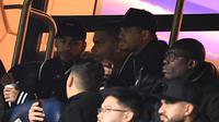 Neymar menyaksikan duel PSG vs Manchester United di Parc des Princes Stadium dalam leg kedua 16 besar Liga Champions 2018-2019, Kamis dini hari WIB (7/3/2019). (AFP/Frank Fife)