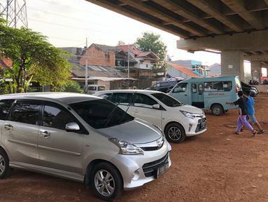 Kendaraan parkir di kolong jalan tol Becakayu di kawasan Cipinang Muara, Jakarta Timur, Jumat (13/3/2020). Minimnya lahan parkir membuat sebagian pemilik kendaraan tetap memarkirkan kendaraannya di kolong tol tersebut, meskipun telah terpampang larangan parkir. (Liputan6.com/Immanuel Antonius)