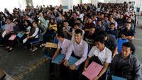 Ratusan peserta mengikuti seleksi Calon Pegawai Negeri Sipil (CPNS) Kementerian Kelautan dan Perikanan (KKP) di kawasan Gambir, Jakarta, Minggu (8/10). Pendaftaran ujian CPNS ini untuk menempati berbagai formasi di KKP. (Liputan6.com/Johan Tallo)