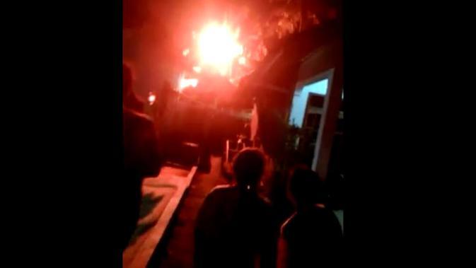 Penampakan bola api misterius yang tertangkap kamera hebohkan warga Cilacap, Jawa Tengah. (Foto: Liputan6.com/Istimewa/Muhamad Ridlo)