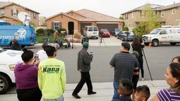 Awak media berkumpul di depan rumah ditemukannya 13 anak yang kurang gizi dan dirantai oleh orang tuanya di Perris, California, Senin (15/1). Orang tua itu diidentifikasi sebagai David Allen Turpin dan Louise Anna Turpin (Sandy Huffaker/Getty Images/AFP)