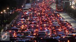 Kondisi lalu lintas di Jalan Jenderal Sudirman, Jakarta, Selasa (30/8). Kemacetan mengular saat jam pulang kerja. (Liputan6.com/Immanuel Antonius)