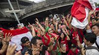Suporter Indonesia bernyanyi bersama sebelum menyaksikan laga melawan Malaysia di Stadion Shah Alam, Selangor, Sabtu, (26/8/2017). Indonesia akan menghadapi Malaysia pada laga semifinal sepak bola SEA Games 2017. (Bola.com/Vitalis Yogi Trisna)