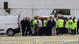 Pelayat membawa jenazah korban penembakan masjid untuk dimakamkan di Memorial Park Cemetery, Christchurch, Selandia Baru, Rabu (20/3). Kepolisian Selandia Baru telah memulangkan 21 jenazah korban penembakan masjid di Christchurch. (AP Photo/Mark Baker)