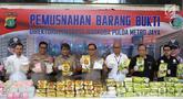 Kapolda Metro Jaya Irjen Pol Gatot Eddy Pramono (tengah) beserta jajarannya menunjukkan barang bukti kasus penyelundupan narkoba sebelum dimusnahkan di Jakarta, Senin (18/2). (Liputan6.com/Immanuel Antonius)