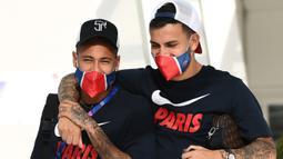 Pemain Paris Saint-Germain Neymar (kiri) dan Leandro Paredes meninggalkan hotel mereka untuk menghadiri sesi latihan di Lisbon, Portugal, 17 Agustus 2020. Neymar, Leandro Paredes, dan Angel Di Maria dinyatakan positif terpapar virus corona COVID-19. (FRANCK FIFE/AFP)