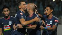 Pemain PSIS merayakan gol ke gawang Semen Padang yang dicetak Bruno Silva dalam laga di Stadion Moch Soebroto, Magelang (13/12/2019). (Bola.com/Vincentius Atmaja)
