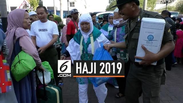 Seorang Haji menangis karena saat kedatangannya di Karawang, sang anak belum tiba. Ia pun merasa sedih, karena kondisinya yang sedang sakit.