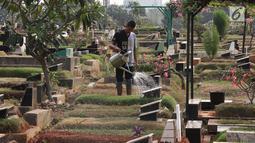 Pekerja beraktivitas di sekitar TPU Karet Bivak, Jakarta, Kamis (26/7). Wagub DKI Jakarta Sandiaga Uno menyatakan Pemprov DKI akan mencari dan memerbanyak area TPU di Ibukota. (Liputan6.com/Immanuel Antonius)